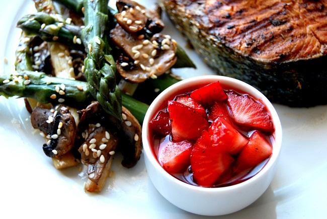 Szparagi z grillowanym łososiem i salsą truskawkową