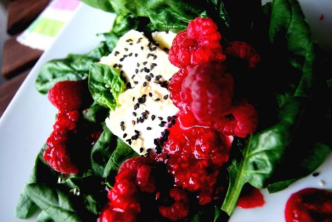 szpinak z malinami i kozim serem