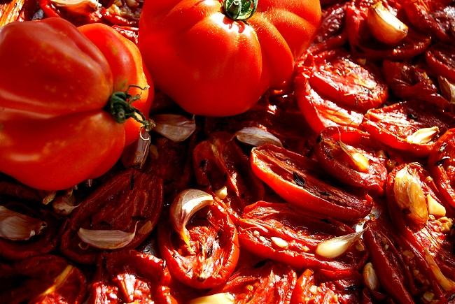 suszone pomidory z tymiankiem i czosnkiem - wolnakuchnia.pl