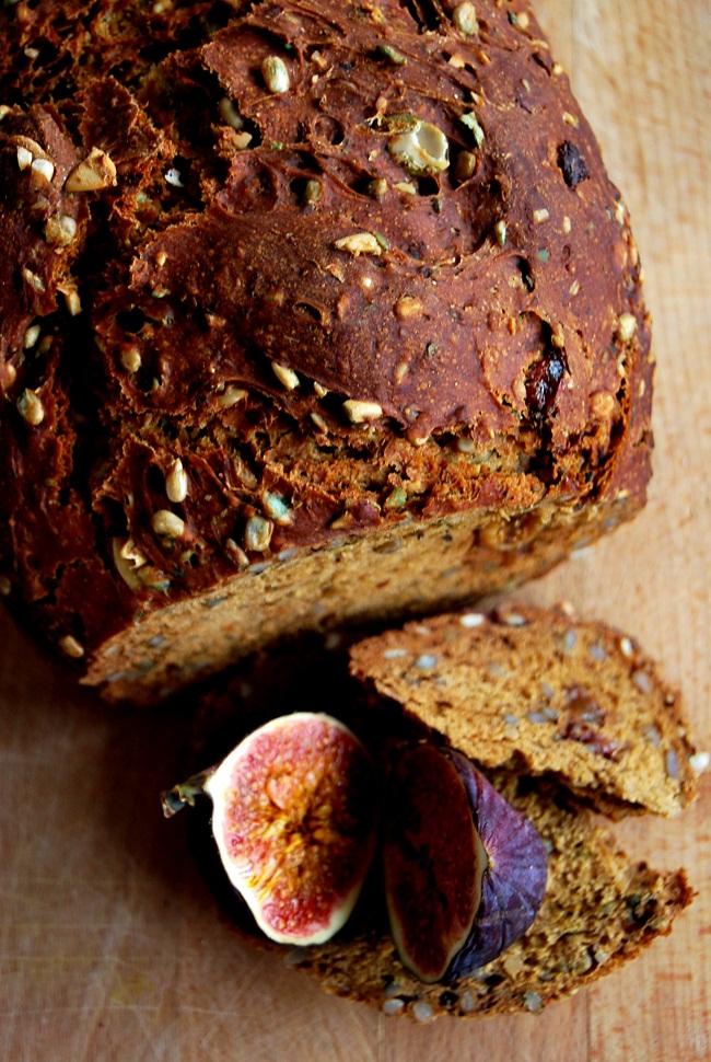 chleb pszenno - żytni z figami ; xródło: wolnkuchnia.pl
