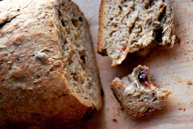 chleb razowy z żurawinami