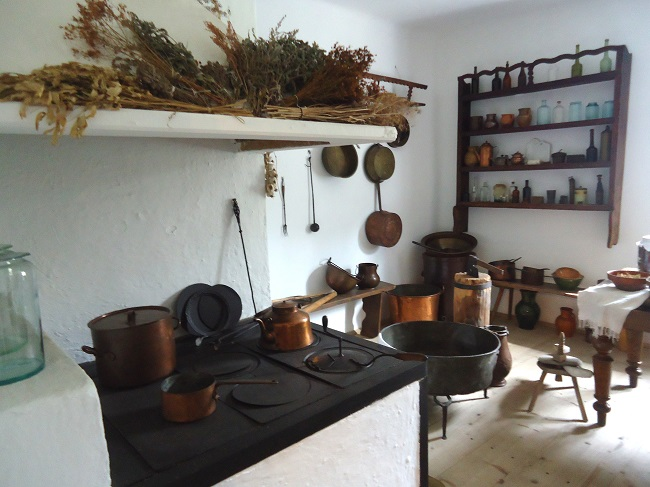 wnętrze dworskiej kuchni z przełomu XIX i XX wieku - Muzeum Wsi Kieleckiej - www.wolnakuchnia.pl